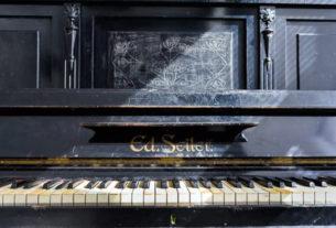 Фортепиано в квартире на Интернациональной. Фото: airbnb.com
